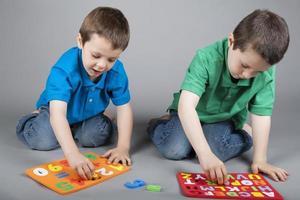 Brüder lernen das Alphabet und die Zahlen foto