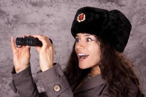 russischer Spion, der durch Fernglas schaut foto