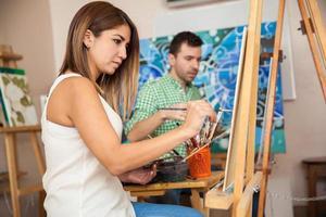 Erwachsene, die Kunstunterricht besuchen