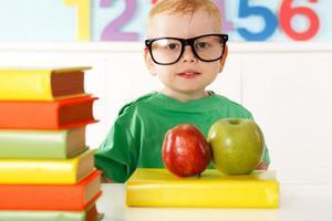 kleines Genie mit Büchern zum Lesen foto