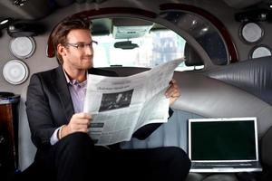 schöner Geschäftsmann in der Limousine foto