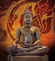 Buddha-Statue auf einem Schmutzhintergrund. foto