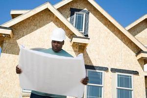 Baumeister hält eine Blaupause