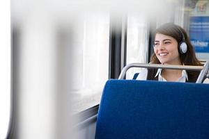 Frau, die Musik im Zug hört