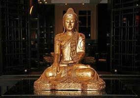 Statue des sitzenden goldenen Buddha foto