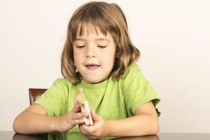 kleines Mädchen mit einem Kartenspiel foto