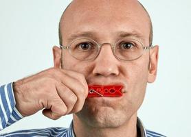 Mann mit fest geschlossenem Mund foto