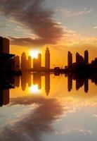 Dubai mit Wolkenkratzern gegen Sonnenuntergang foto