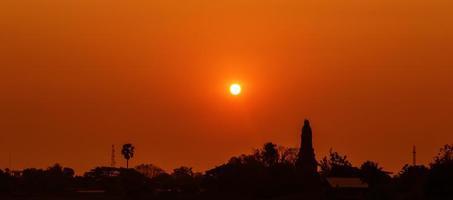 Sonnenuntergang über dem unteren Pagodentempel, Kamphaeng Phet, Thailand foto