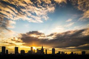Ansicht der Warschauer Stadt auf Sonnenunterganghintergrund foto