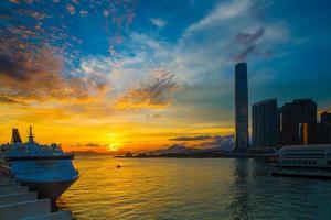 Kreuzfahrtterminal bei Sonnenuntergang - Victoria Hafen von Hongkong foto
