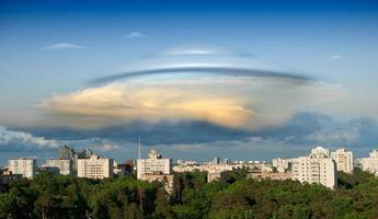 UFO über eine Stadt foto