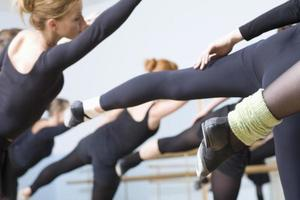 Balletttänzer, die im Proberaum üben foto