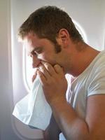 Luftkrankheit. Mann fühlt sich im Flugzeug sehr schlecht. foto