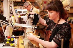 Schuhmacher arbeiten in einer Werkstatt foto