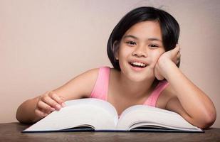 Mädchen liest ein großes Buch foto