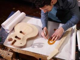 italienischer handwerker arbeitet in lutemaker werkstatt foto