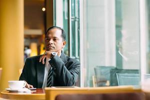 nachdenklicher indischer Geschäftsmann foto