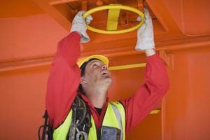 Mann arbeitet in einem Hafen foto