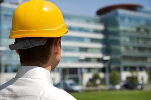 Architekt im Helm auf der Baustelle foto