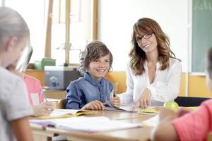 Schüler und Mädchen lächeln