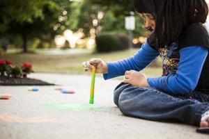 Malen mit Kreide auf dem Bürgersteig foto