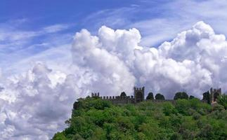 Festung auf einem Hintergrund bewölkten Himmel