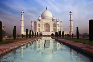 Ansicht des Taj Mahal Mausoleums auf dem Hintergrund des blauen Himmels foto