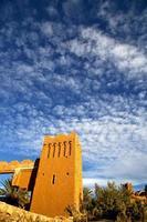 Afrika histoycal und der blaue bewölkte Himmel