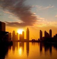 Dubai mit Wolkenkratzern gegen Sonnenuntergang