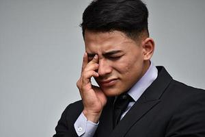 trauriger Geschäftsmann, der Geschäftsanzug trägt foto