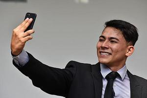 Selfie des diversen Geschäftsmannunternehmers, der Anzug und Krawatte trägt foto