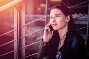 attraktive spontane Frau, die am Telefon spricht. foto