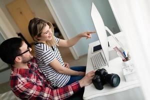 junge attraktive Designer, die von zu Hause aus zusammenarbeiten foto