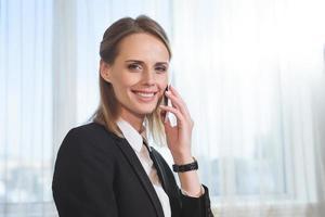 Geschäftsfrau spricht auf Smartphone