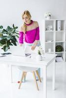 Geschäftsfrau, die mit Laptop am Arbeitsplatz arbeitet foto