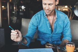 Porträt des Unternehmers, der im Straßencafé arbeitet