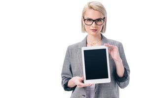 Geschäftsfrau in formeller Kleidung, die digitales Tablett präsentiert