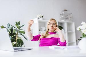 Geschäftsfrau, die selfie auf Smartphone nimmt foto