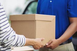 Handlieferung und professioneller Lieferservice. Beeindruckender Service. foto