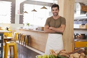 Porträt des männlichen Besitzers des Bio-Lebensmittelladens foto