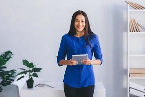 Büroangestellte mit Tablette foto