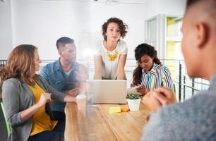 multiethnische Gruppe erfolgreicher kreativer Geschäftsleute, die a foto