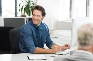 glücklicher Geschäftsmann arbeiten foto