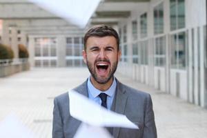 Geschäftsmann, der in Büroräumen schreit foto