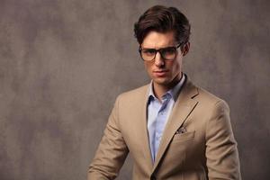 Porträt eines eleganten Geschäftsmannes, der Brille trägt foto