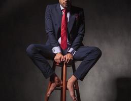 Körper eines Geschäftsmannes, der auf einem Stuhl sitzt foto
