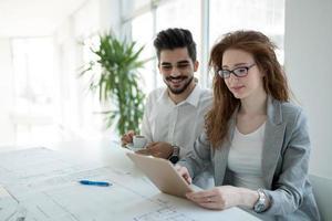 erfolgreiches Unternehmen mit glücklichen Arbeitern foto