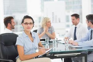 Geschäftsfrau mit Kollegen im Büro diskutieren foto