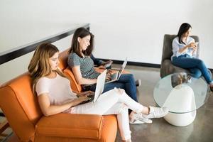 Geschäftsleute, die in der Bürolounge arbeiten foto